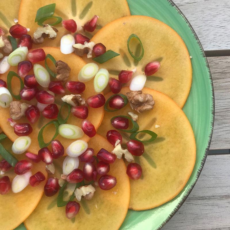 Kaki Carpaccio mit Granatäpfel, Schalotten und Walnüssen